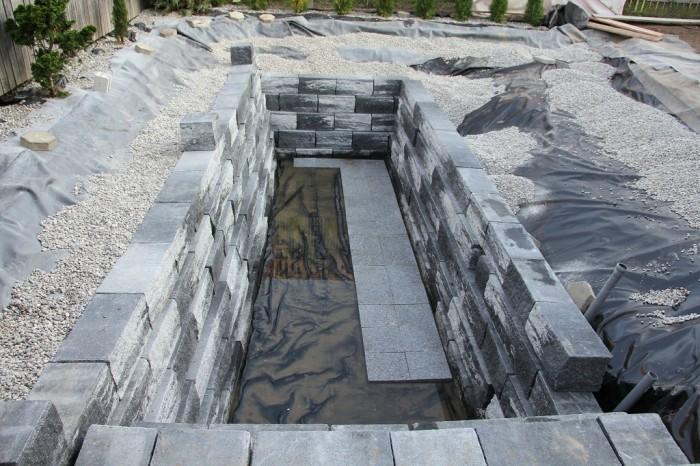 Дно бассейна выложили гранитной плиткой. | Фото: googleusercontent.com.
