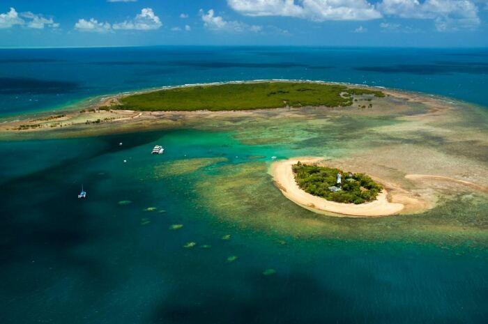 Все сложности работы компенсируются красотой, тишиной и чистым воздухом (Low Isles, Австралия). | Фото: rachellewis.com.au.
