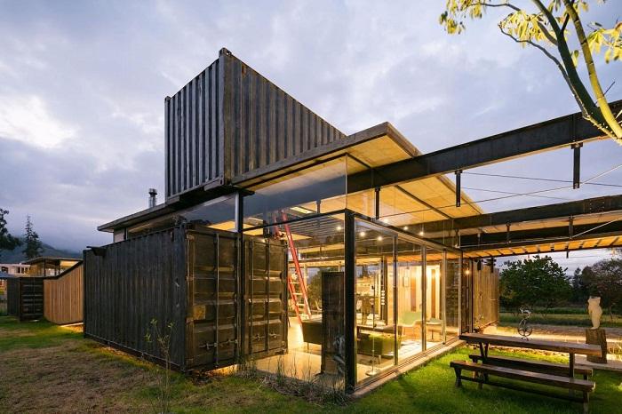 Этот огромный дом был создан из восьми контейнеров. И благодаря сложной конструкции крыши, он имеет большие террасы и площадки для отдыха.