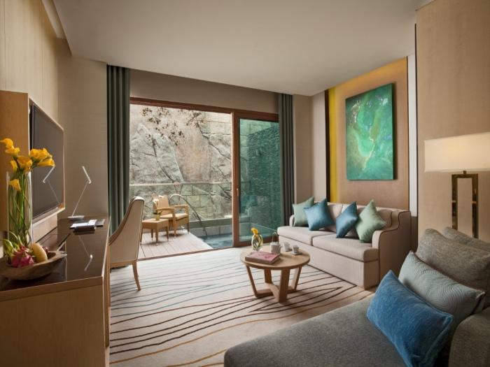 В надводной части люксов находится уютная гостиная и собственный внутренний дворик (Resorts World Sentosa, Сингапур). | Фото: stays.tripzilla.com.