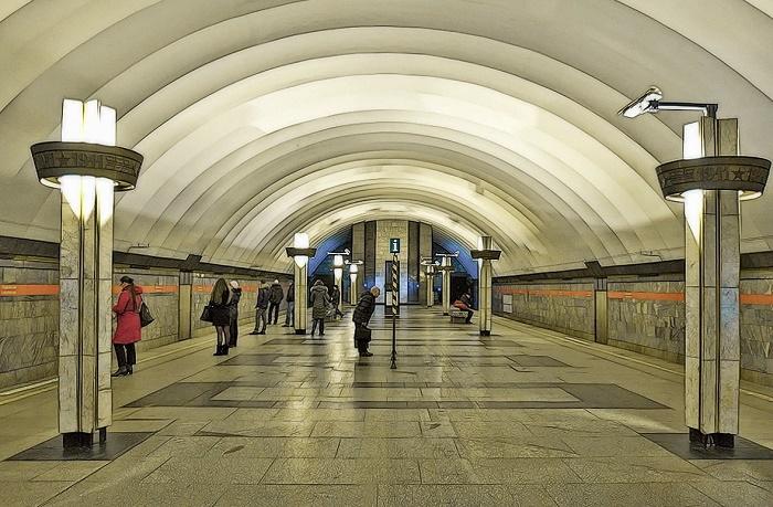 Две Питерские подземные станции метро облицованы зеленоватым мрамором из Рускеала.
