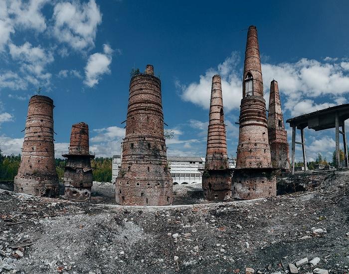 Теперь только печи возвышаются на разрушенными цехами мраморно-известкового завода (Рускеала, Карелия).   Фото: tabula-rasa24.ru.