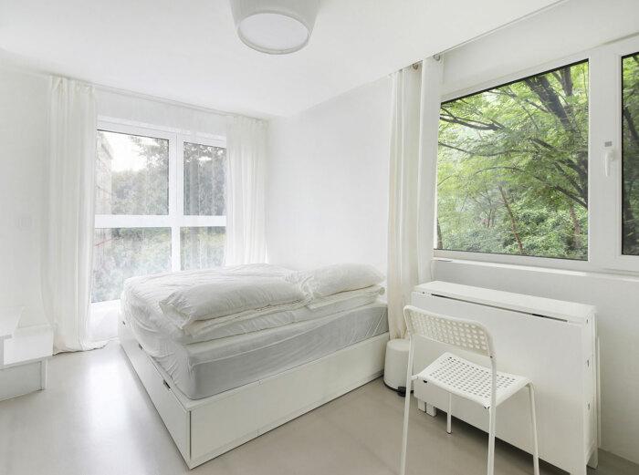 Спальная комната супругов оформлена в светлых тонах, как и интерьер всего микро-дома (Seroro House, Сеул). | Фото: interior.ru.