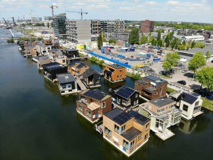 Каждый дом экспериментальной эко-деревни Schoonschip имеет свой архитектурный стиль. | Фото: hollandcircularhotspot.nl.