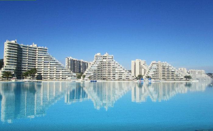 В бассейне курорта San Alfonso del Mar, занимающем площадь более 80 га, помещается 250 млн литров океанической воды (Альгарробо, Чили). | Фото: alojamientoenchile.cl.