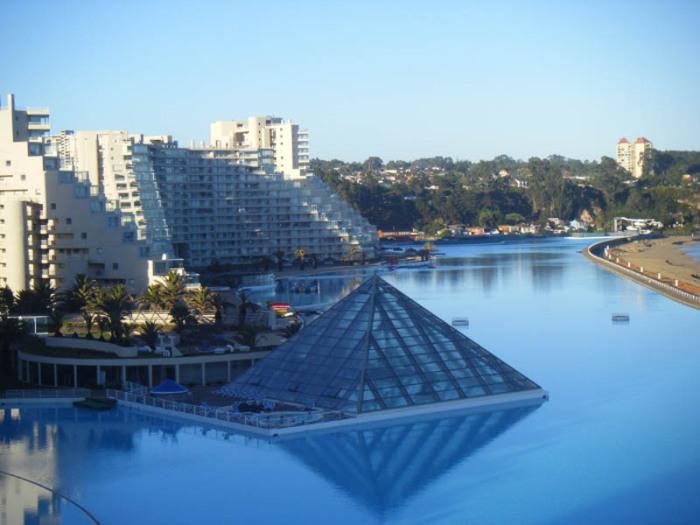 Курорт San Alfonso del Mar может похвастаться впечатляющим бассейном (Альгарробо, Чили). | Фото: cattur.ru.