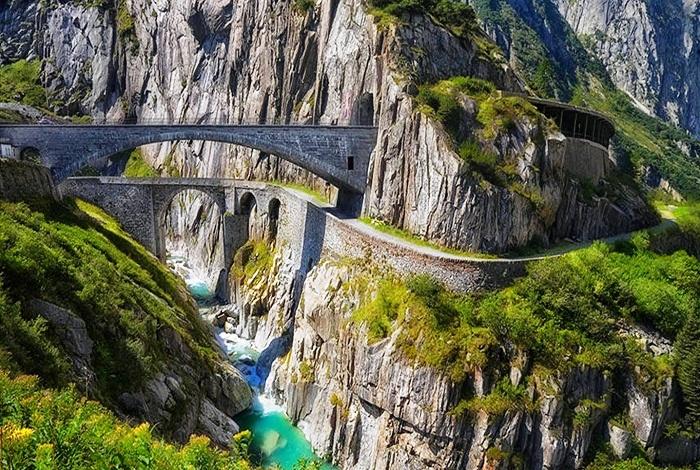 Уникальный мост Тейфельсбрюкке (Teufelsbrucke) создан в Швейцарских Альпах.