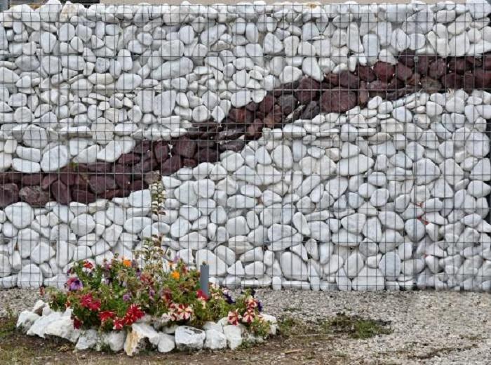 Семья не смогла найти строителей для установки забора и решила сделать собственный шедевр самостоятельно. | Фото: lemurov.net.