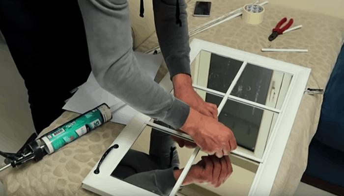 Стекло на некоторых навесных шкафах заклеили зеркальной самоклеящейся пленкой. | Фото: cpykami.ru.