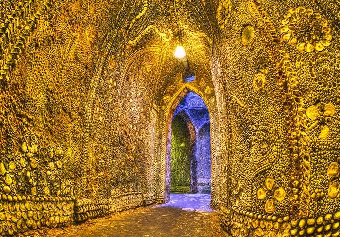 Особая подсветка создает фантастическую атмосферу в подземном храме (Margate Shell Grotto).