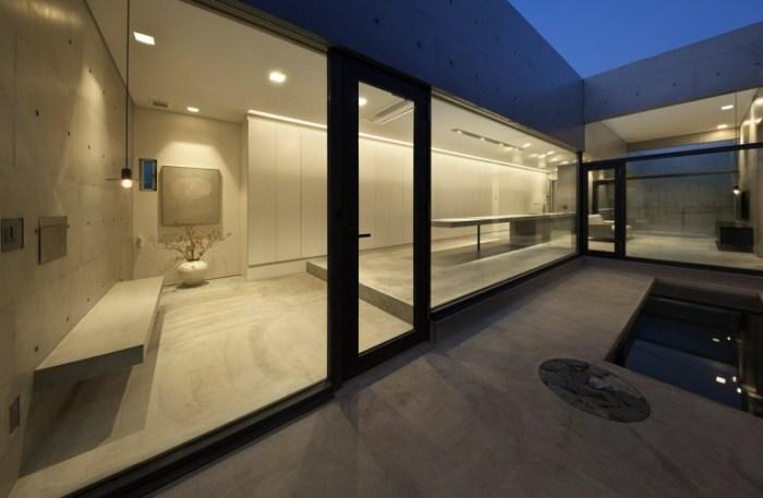 Внутренние стены бетонного бункера «House in Shime» сделаны из стекла (Фукуока, Япония). | Фото: taratutenko.ru.