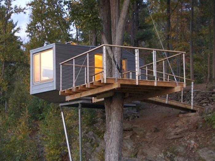 Если совсем нет земли, то контейнерный дом можно сделать на дереве. | Фото: container-stroy.com.ua.