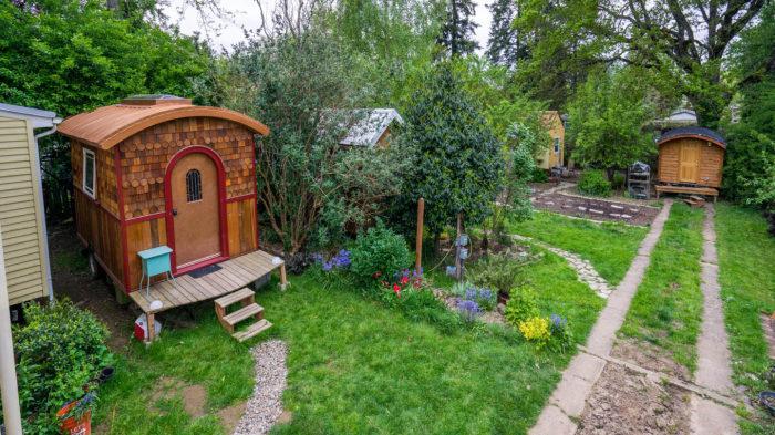 Крошечный дом «Lucky Penny» выделяется на фоне подобных объектов, находящихся на стоянке автофургонов в Портленде (США). | Фото: tinyhousegiantjourney.com.