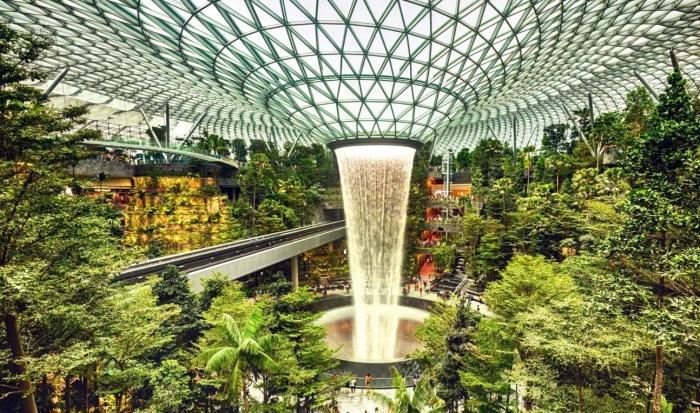 Комплекс аэропорта Skytrain Inside Jewel Changi стоит того, чтобы провести в нем весь свой отпуск (Чанги, Сингапур). | Фото: businesstraveller.com.