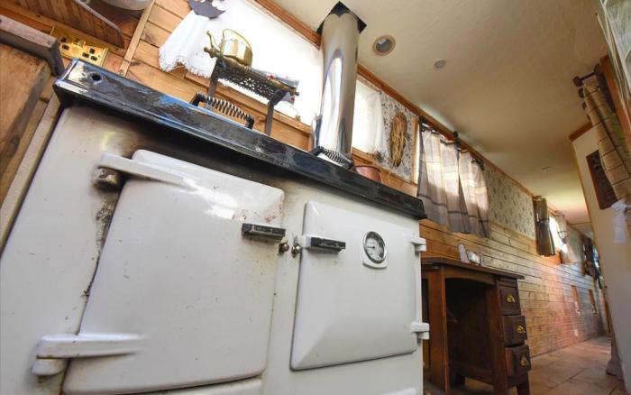 Необычную электропечь с духовыми шкафами приобрели на барахолке. | Фото: medialeaks.ru.