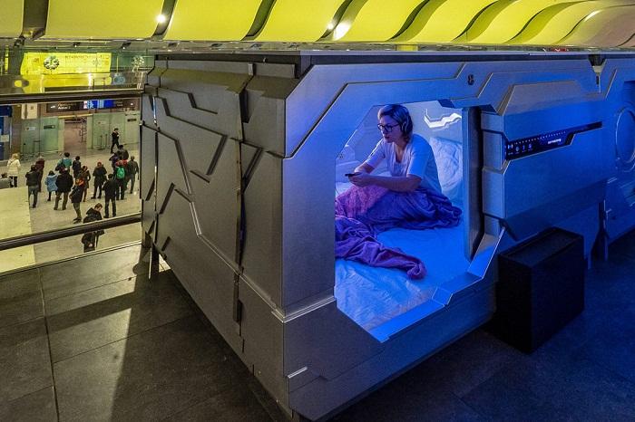 Внутри капсулы Aerosleep можно только сидеть или лежать - встать в полный рост или ходить не получится (Пулково, Санкт-Петербург).