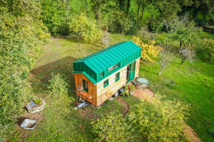 На живописной окраине небольшого городка Нанта молодые люди установили крошечный домик – первое такого рода сооружение во Франции. | Фото: googleusercontent.com/ boredpanda.com.