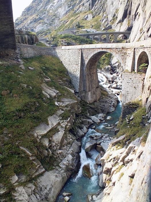 Мост дьявола Teufelsbrиcke возведен над горной альпийской рекой Ройс (Швейцария).