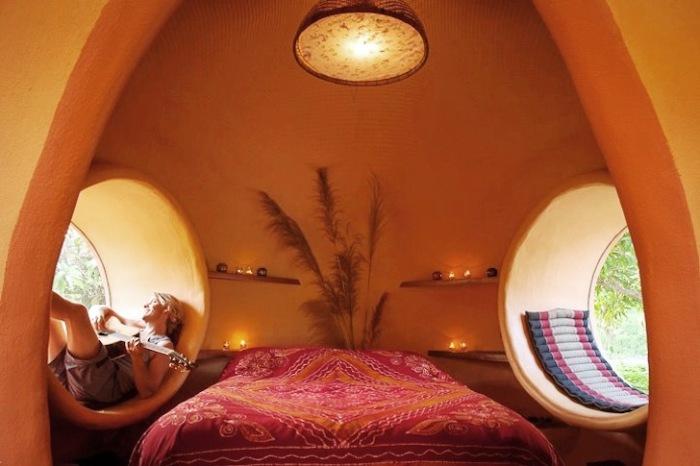 Ширина круглых окон позволила в спальне организовать дополнительные места отдыха. | Фото: inhabitat.com/ ©Steve Areen.