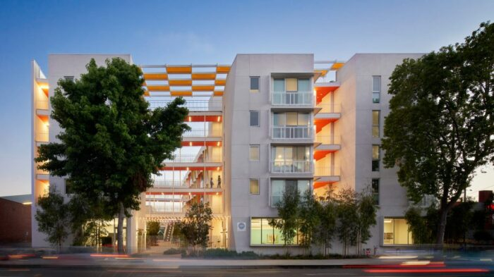 Жилой комплекс для многодетных семей The Arroyo в Санта-Монике (США).   Фото: residentialdesignmagazine.com.