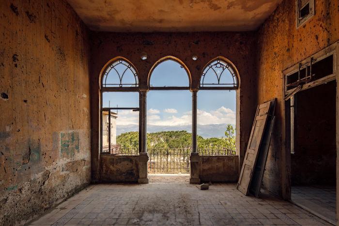 Один из немногих особняков, который начали восстанавливать (фотопроект «A Paradise Lost», Ливан). | Фото: boredpanda.com/ © James Kerwin.