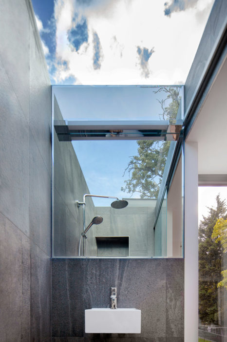 Стеклянный потолок в ванной комнате – основная изюминка проекта (Gouse, Лондон). | Фото: homedsgn.com.