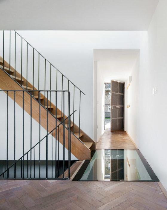 Часть пола на каждом из этажей имеет стеклянные секции (Gouse, Лондон). | Фото: homedsgn.com.