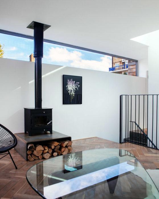 Интерьер гостиной в цокольном помещении Gouse. | Фото: homedsgn.com.