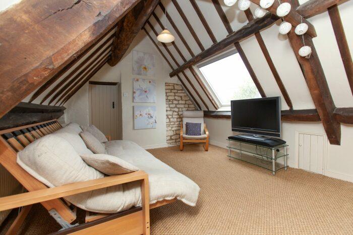На третьем этаже обустроены апартаменты с собственной гостиной, спальней и ванной комнатой (The Old Dairy, деревня Box).   Фото: lemurov.net.