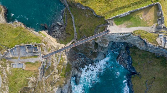 Изящный пешеходный мост соединил две половины замка Тинтагель (Cornwall, Великобритания). | Фото: m.interior.ru.