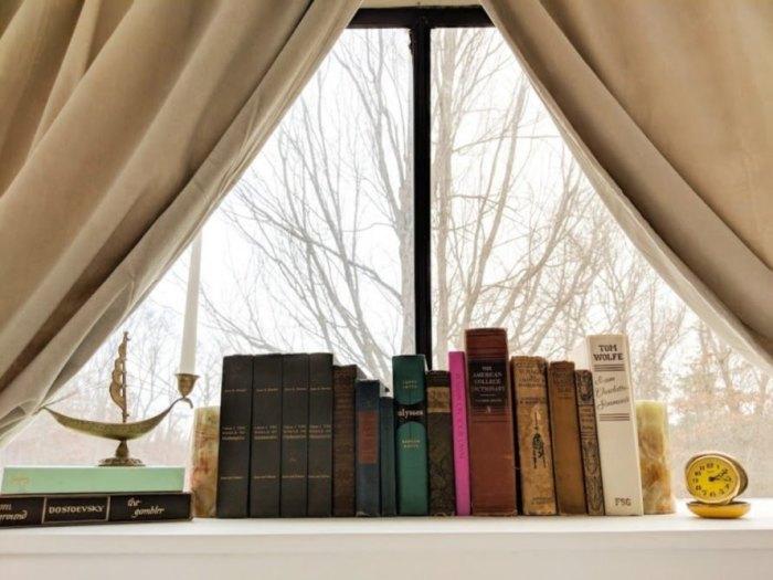 Мини-библиотека расположенная в спальной зоне дома на колесах («Greyhound»). | Фото: inhabitat.com.