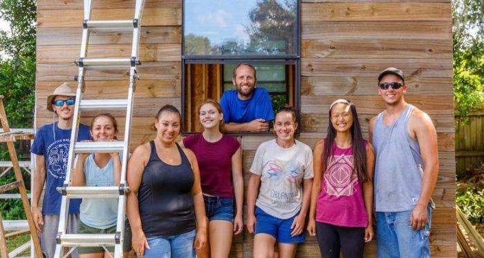 В создании крошечного дома Робу Гринфилду помогали друзья и единомышленники. | Фото: robgreenfield.tv.