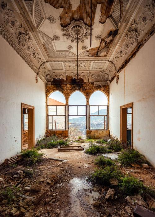 Стоит человеку покинуть здание, как природа обязательно начнет отвоевывать территорию (фотопроект «A Paradise Lost», Ливан).   Фото: boredpanda.com/ © James Kerwin.
