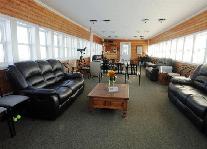 В гостиной можно наблюдать за медведями или Северным сиянием (отель Tundra Lodge, Канада). | Фото: nashvancouver.com.