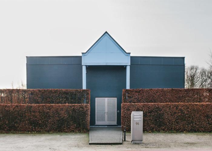 Кардинальное избавление от любопытных глаз соседей и прохожих («Ugly Belgian Houses»). | Фото: dezeen.com.