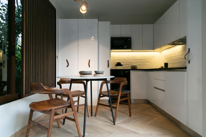 Кухня-столовая контейнерного дома VMD. | Фото: archdaily.com/ © Helioz Studio.
