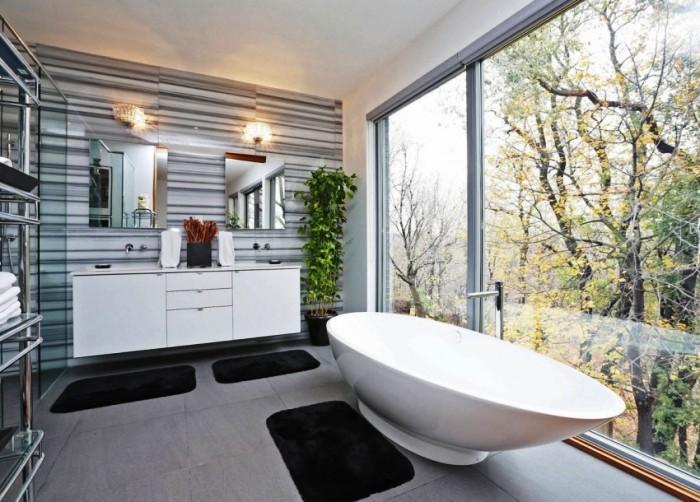 Зеркальное фальш-окно в маленькой ванной комнате визуально увеличит площадь.