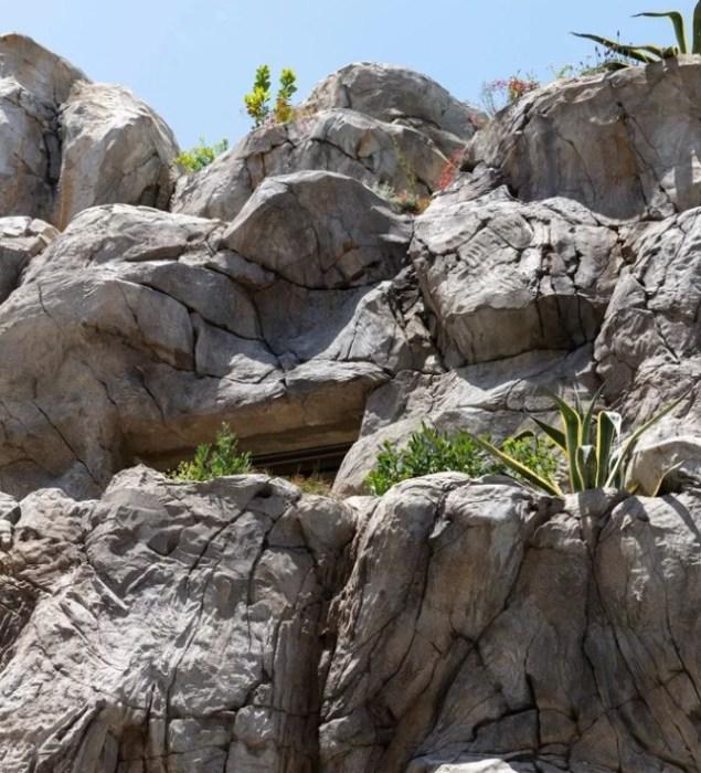 Верхнюю часть скалы создали из бетона («Villa Troglodyte», Монако). | Фото: i1.wp.com/taratutenko.ru.