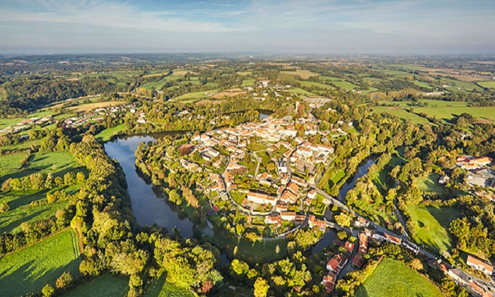 Vouvant находится в живописном месте Франции.