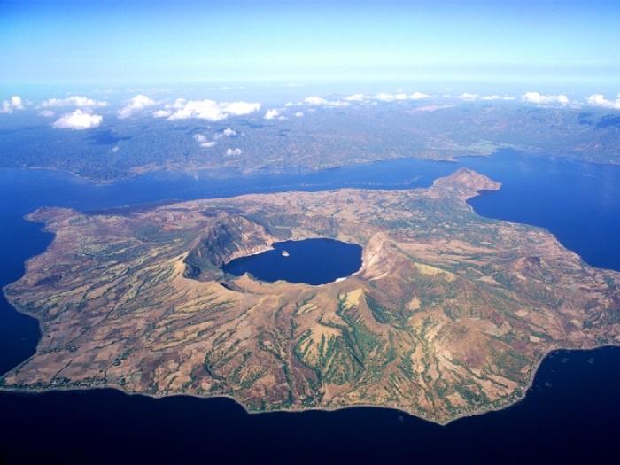 Озеро Тааль в котором находится вулкан Поинт.