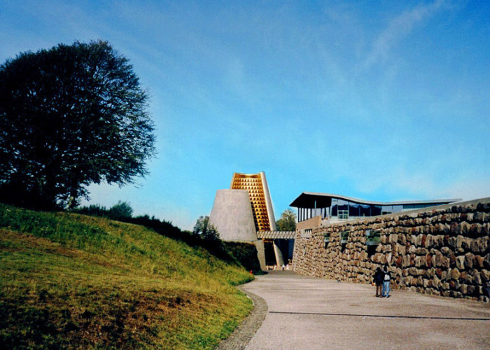 В центре комплекса находится смелая форма вулкана, упрощенная до геометрического конуса (Vulcania Centre, Франция). | Фото: intranet.pogmacva.com.