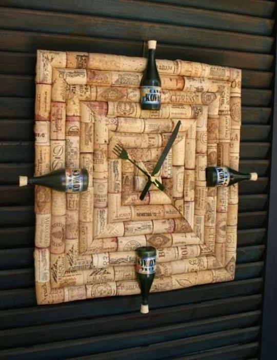 Совсем неординарные настенные часы из винных пробок.