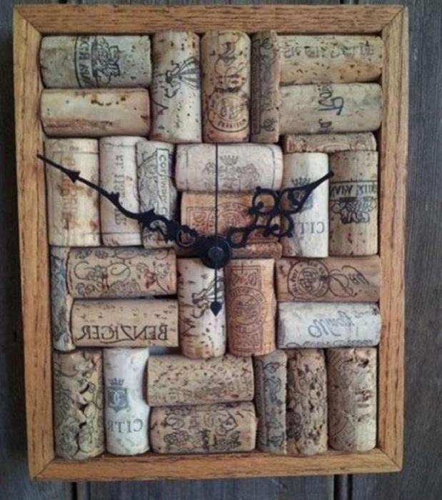 Стильные часы из винных пробок украсят интерьер любой комнаты.