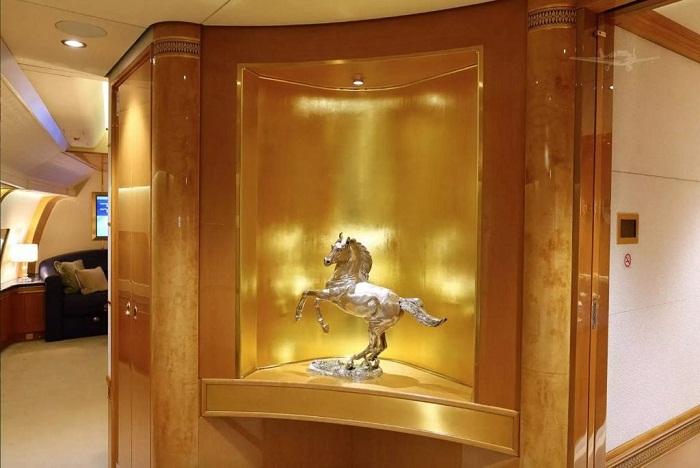 В интерьере этого лайнера присутствует очень много золотых вещей.