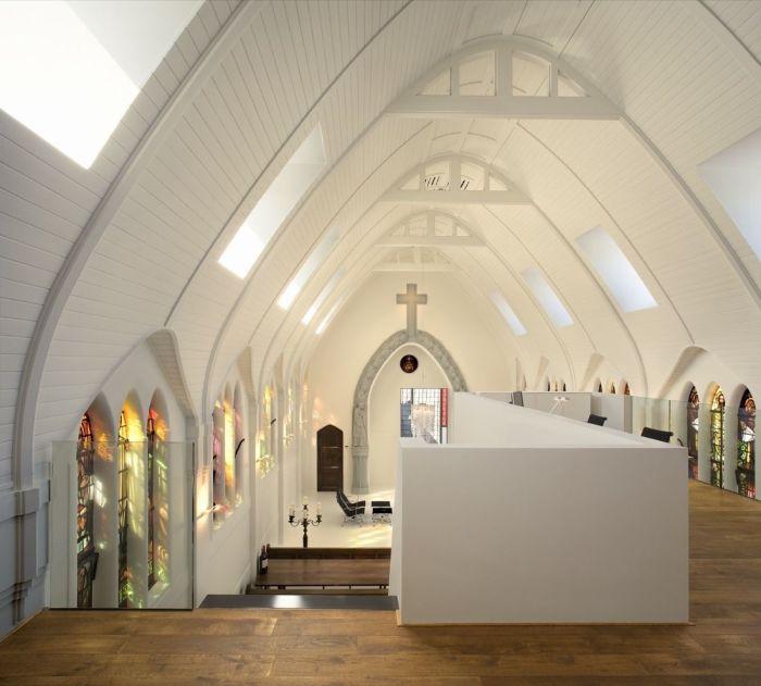 В интерьере обновленной церкви очень оригинально смотрятся витражные окна (Utrecht, Нидерланды). | Фото: homedit.com.