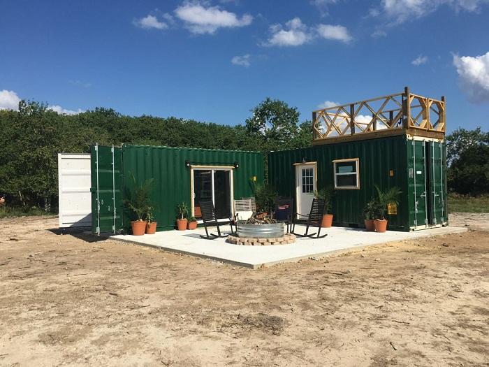 Мобильный дом-мастерская сделан из двух контейнеров.