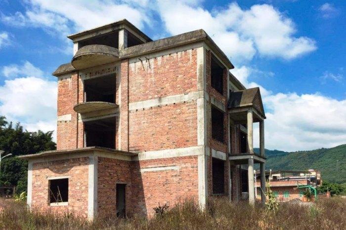 Трехэтажный недостроенный особняк подруги решили превратить в дом своей мечты (Гуанчжоу, Китай). | Фото: hk01.com.