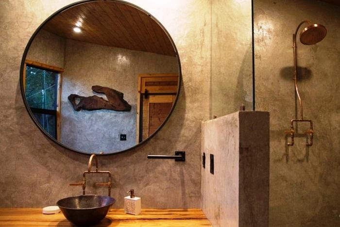 Интерьер ванной комнаты выполнен из натурального камня и дерева (Yoki Treehouse).