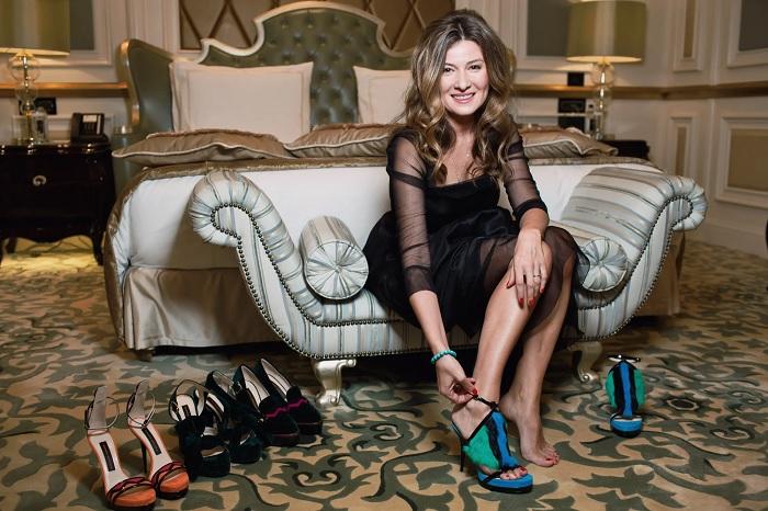 Жизнерадостная ведущая демонстрирует собственную коллекцию обуви ZHANNA BADOEVA. | Фото: repaireasily.ru.