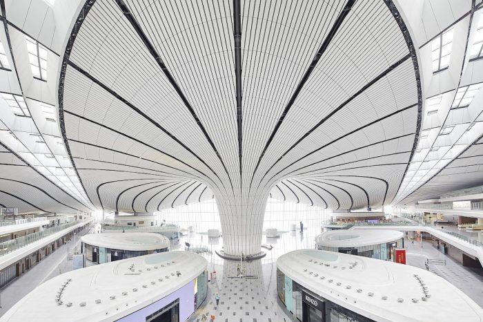 Аэропорт оснащен новой системой распознавания лиц, поэтому предъявлять паспорт или посадочный билет во время проверок безопасности не понадобится (Daxing International Airport, Пекин). | Фото: mymodernmet.com.